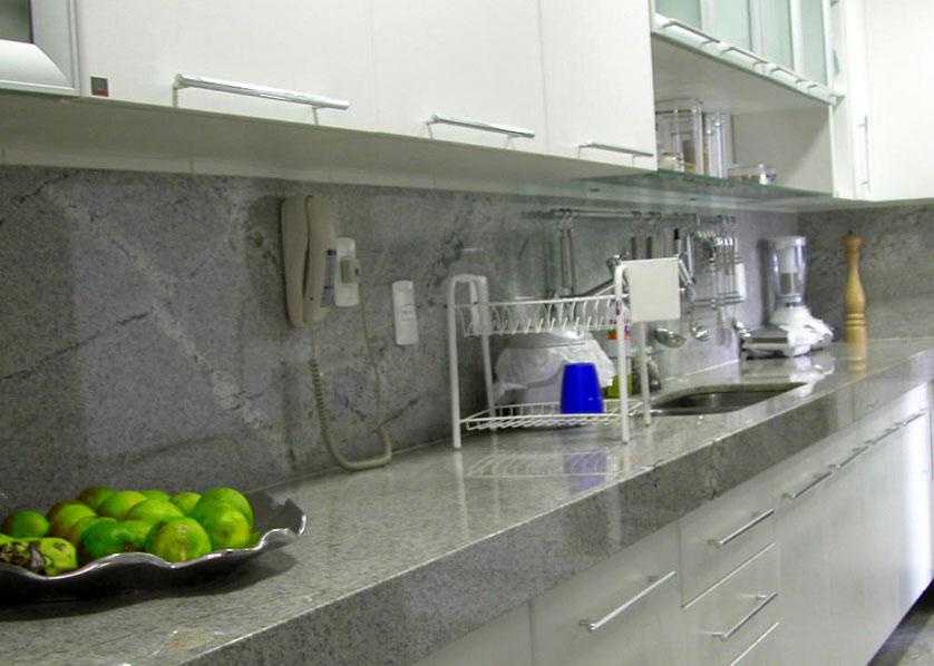 cozinha-pequena-com-granito-branco