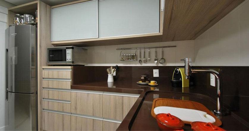 cozinha-pequena-com-granito-marrom-absoluto