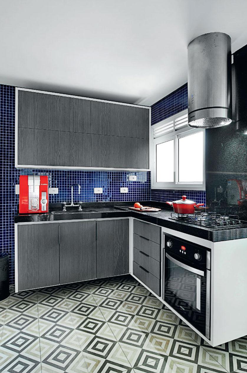 cozinha-pequena-com-azulejo-estampado-no-piso