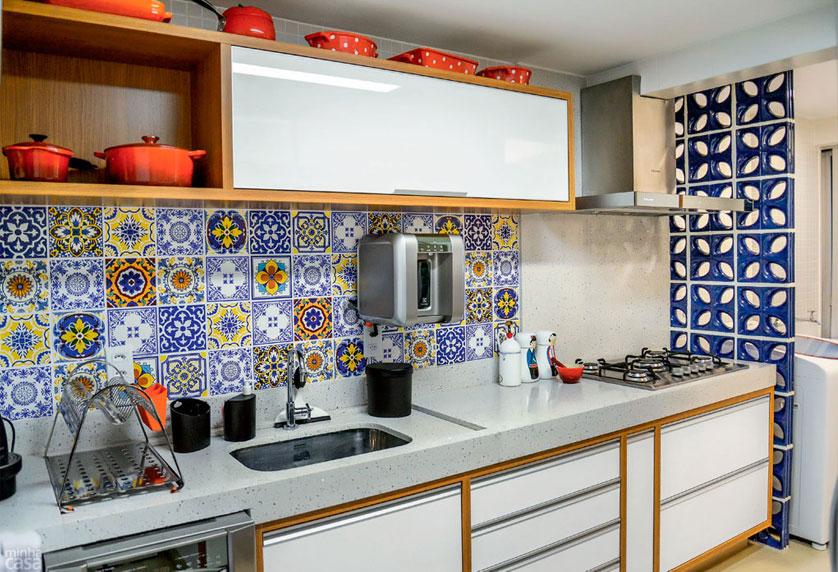 cozinha-pequena-com-divisoria-de-cobogo-azul