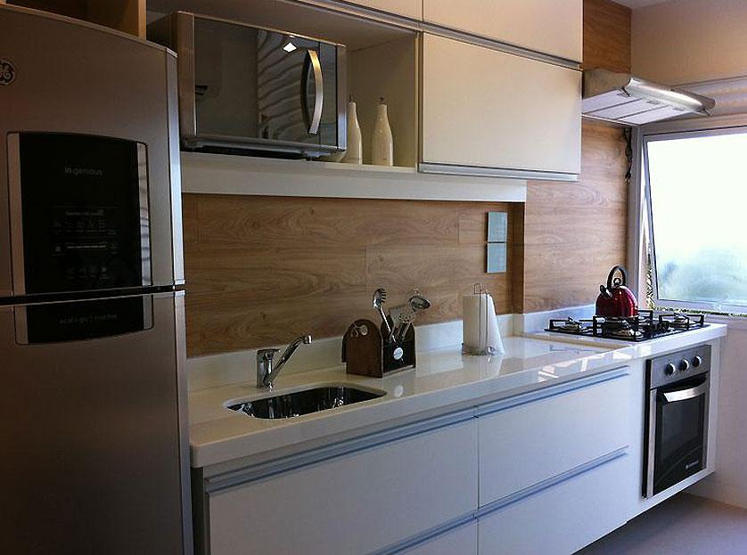 cozinha-pequena-com-revestimento-que-imita-madeira