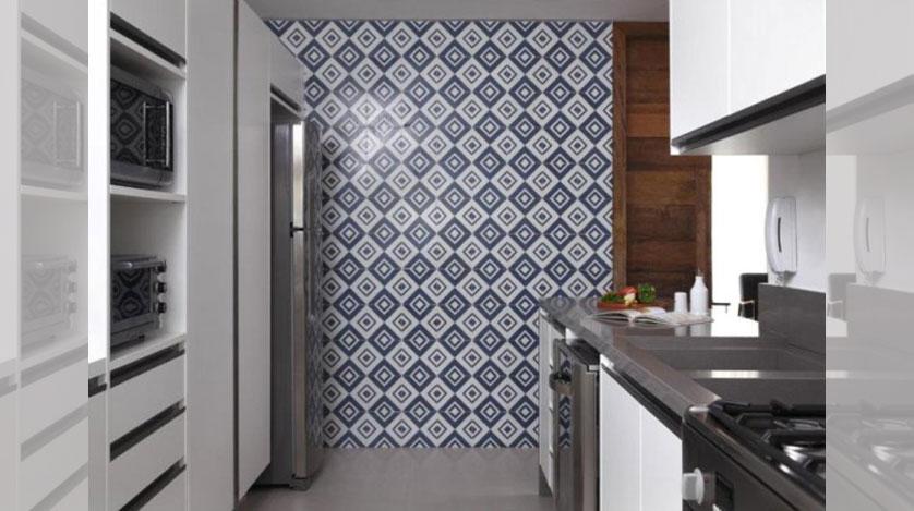 cozinha-pequena-com-porcelanato-cinza