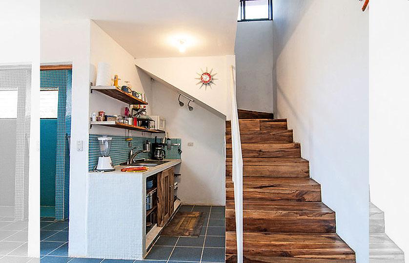 cozinha-pequena-em-baixo-da-escada