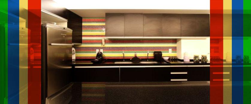 cozinha-pequena-com-pastilha-colorida