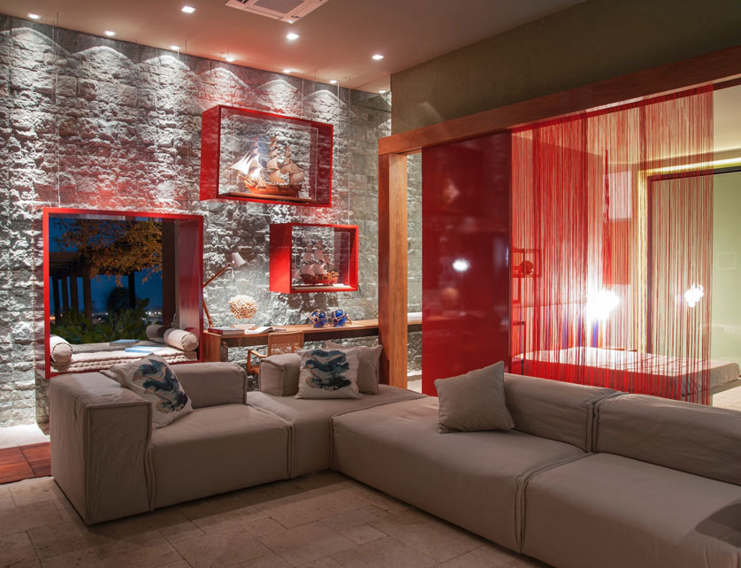 sala com detalhes vermelhos