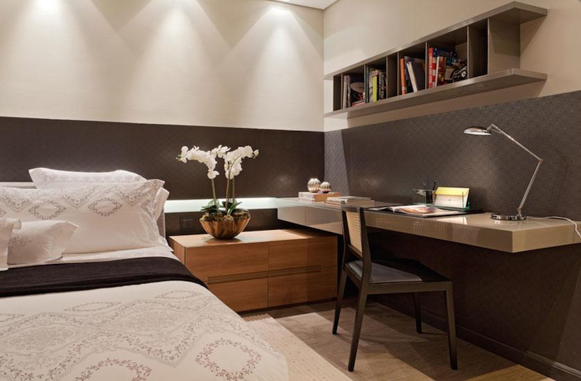 quarto com criado mudo em madeira