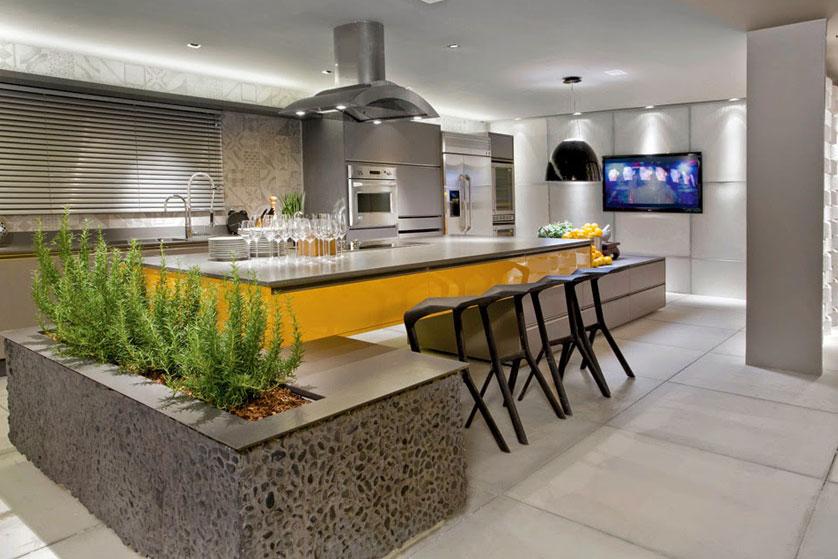 cozinha planejada com ilha central e tv