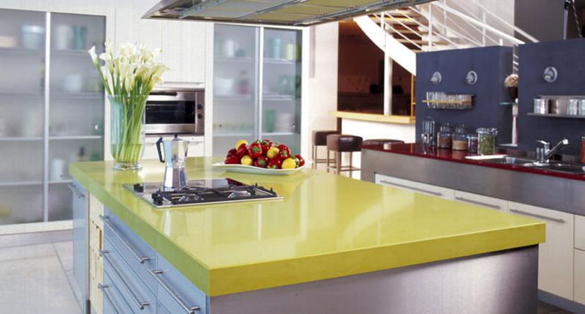 cozinha col ilha amarela