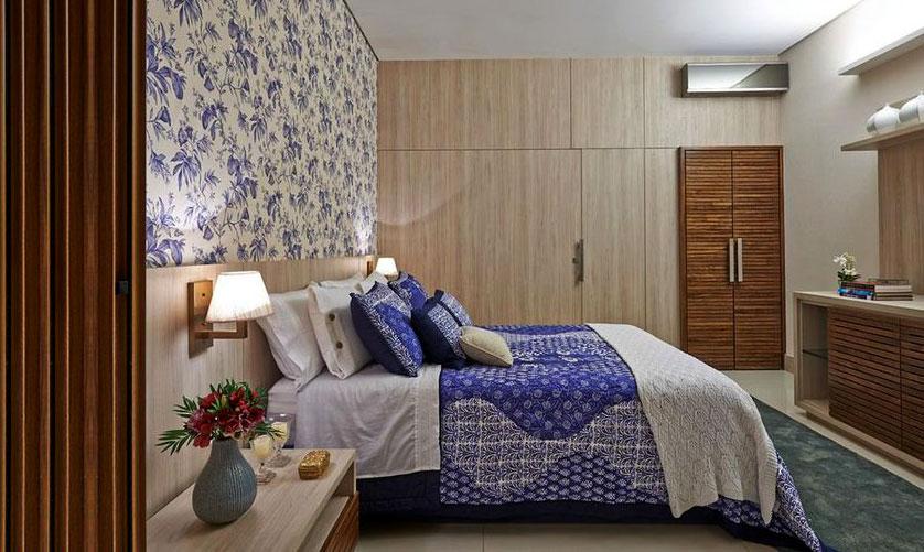 papel de parede floral azul em quarto de casal