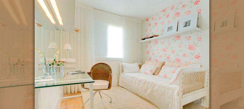 papel de parede floral para quarto com sofa cama